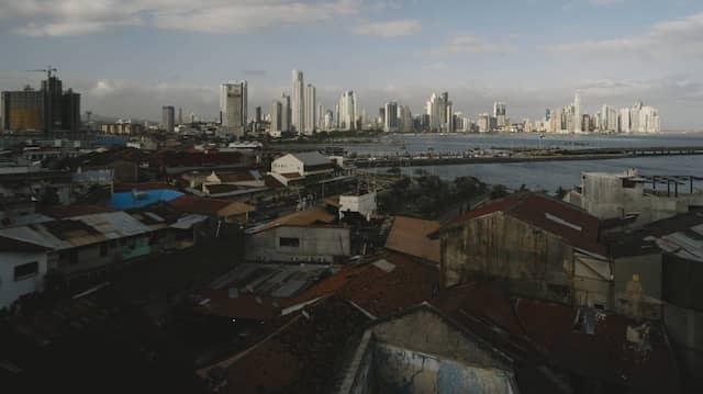 Arm und reich sitzen eng beieinander: Blick auf die Skyline von Panama-Stadt, die weiter in den Himmel wächst