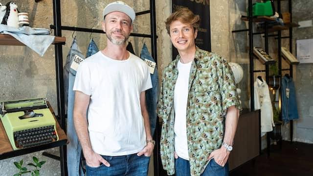 Im neuen Hub in Mailand: Alberto Candiani (links) vor den Jeans, die aus seiner neuentwickelten Stretchfaser gefertigt wurden.