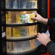 Auf dem Parkplatz des Toilettenpapierherstellers Hakle in Düsseldorf kann man sich die Hygieneartikel jetzt aus dem Automaten ziehen.
