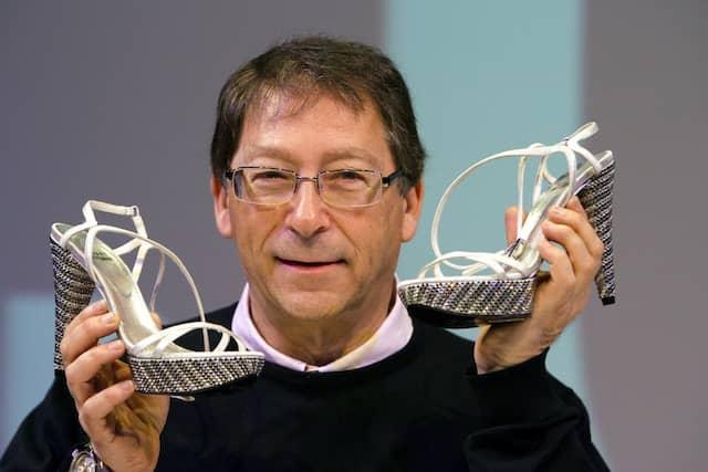 Stuart Weitzman gründete 1986 seine eigene Marke, die gehobenes, modisches Schuhwerk zum Bruchteil der Preise der Konkurrenz verkaufte.