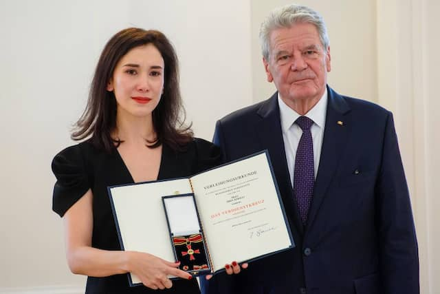 Sichtlich gerührt: Auch Schauspielerin Sibel Kekilli hat Bundespräsident Joachim Gauck zum Frauentag den Verdienstorden der Bundesrepublik Deutschland verliehen.