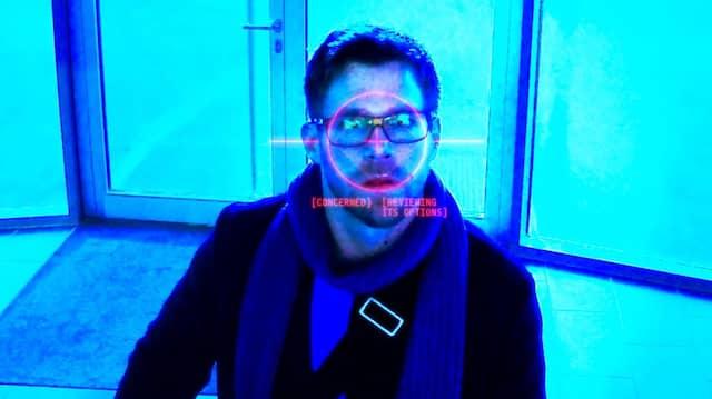 Entwickler Bogmann wird von einem Computer seiner Firma gescannt. Er hat ihn selbst programmiert.