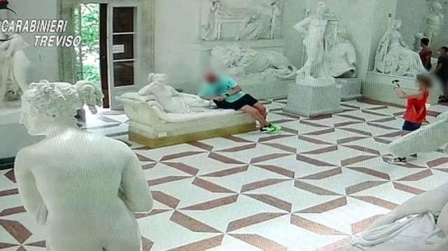Das könnte ein teures Andenkenfoto werden: Ein Tourist hat in Italien mehrere Zehen einer Gipsstatue abgebrochen.