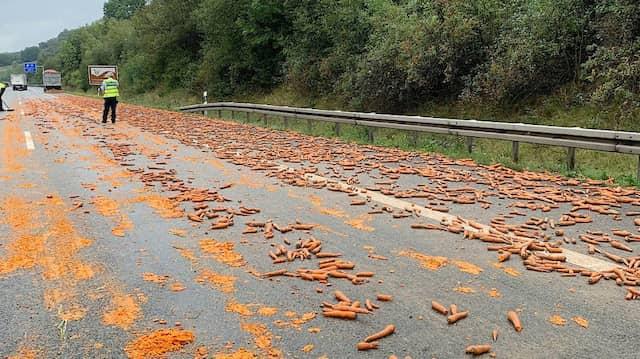 Bereits am Freitagnachmittag war die A2 für längere Zeit auf zwei Spuren gesperrt, weil ein Lastwagen rund eine Tonne Möhren auf der Fahrbahn verloren hatte.