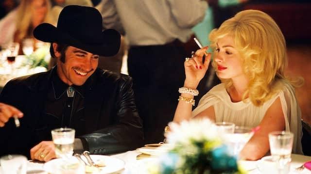 """Cowboyhut und auch Zigarette, wie hier bei Jake Gyllenhaal und Anne Hathaway in """"Brokeback Mountain"""", sieht man in Lokalen selten. Doch es geht zusehends ungezwungen zu."""