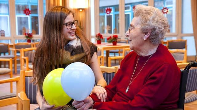 In Beziehung leben: Margarete Pohl (l.) und Paula Vickus während eines ihrer Treffen im Dezember im Aachener Seniorenpflegeheim Marienheim.