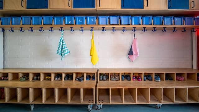 Leere Garderoben in der Kita bedeuten für Eltern gesteigerten Betreuungsaufwand.