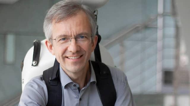 Joachim Fiedler trägt sein Cello mit dem von ihm erfundenen System.