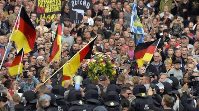 """Anhänger der rechtspopulistischen Initiative """"Pro Chemnitz"""" am Montag bei einer Demonstration in der Stadt."""
