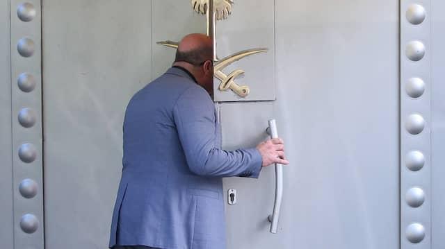 Der Tatort: Ein Mitarbeiter öffnet im Oktober 2018 die Tür des saudischen Konsulats in Istanbul.