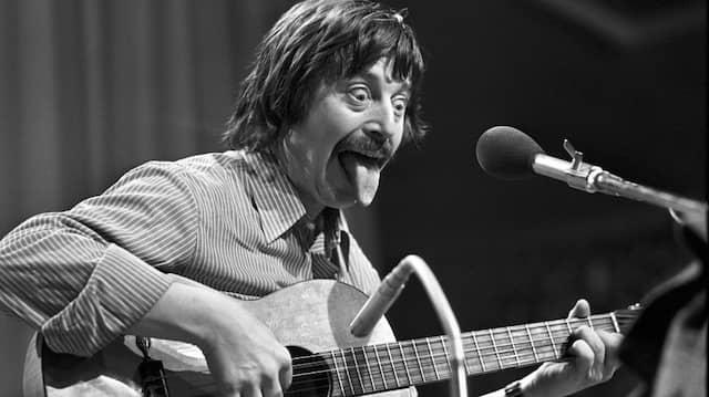 Wolf Biermann, Liedermacher aus der DDR, während seines Auftritts in der Sporthalle in Köln am 13.11.1976.