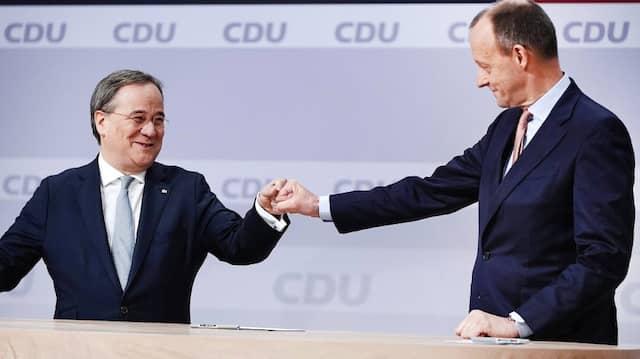 Der unterlegene Friedrich Merz (r) gratuliert Armin Laschet zur Wahl als Parteivorsitzender beim digitalen Bundesparteitag der CDU.