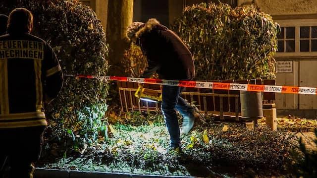 Ermittler untersuchen am Freitag den Tatort vor der Gaststätte in Hechingen.