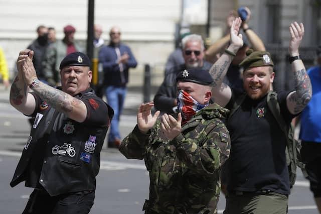 """""""England, England"""": Gegendemonstranten """"bewachen"""" das Londoner Kenotaph"""