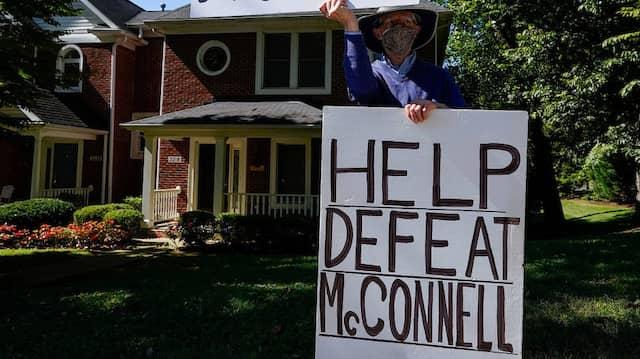 Ein Mann in Kentucky fordert am Wochenende, Ruth Bader Ginsburgs Vermächtnis zu bewahren und Mitch McConnell abzuwählen