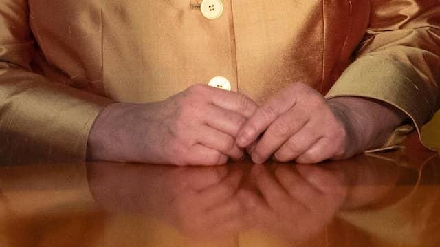 Was wollen uns diese Hände sagen? Bundeskanzlerin Angela Merkel bei ihrer Neujahrsansprache am 31. Dezember 2020.