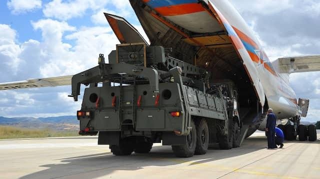 Teile des Raketenabwehrsystems S-400 aus Russland werden am 12. Juli auf Luftwaffenstützpunkt Mürted aus einer russischen Antonow entladen.