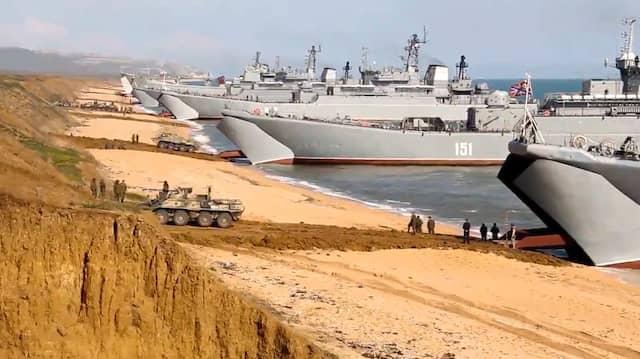 Russischer Panzer rollen im April 2021 nach Manövern auf der Krim an Bord von Landungsschiffen.