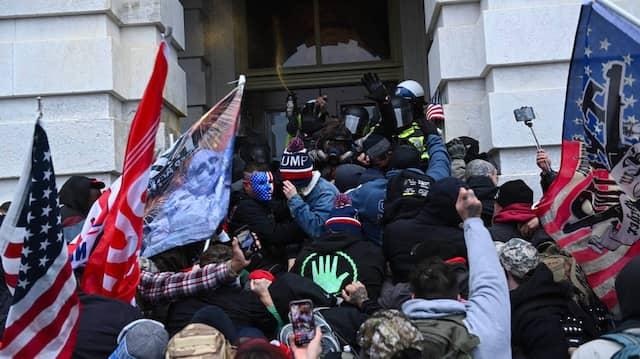Trump-Unterstützer stoßen vor dem Kapitol mit der Polizei zusammen.