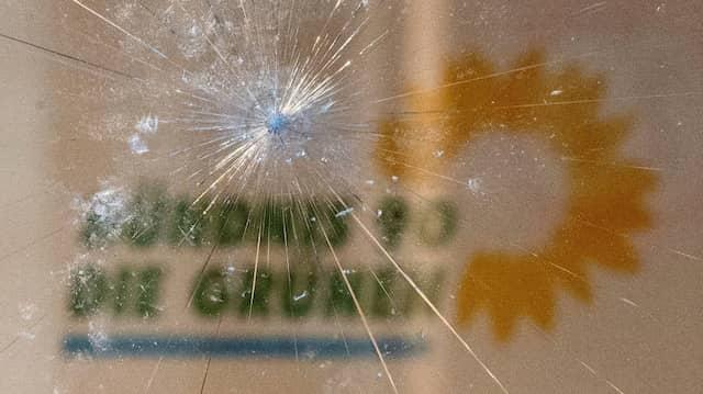 Spuren der Krawallnacht: Das Logo von Bündnis 90/Die Grünen in Stuttgart am 22. Juni 2020.