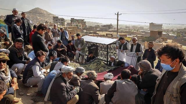 Teilnehmer einer Beerdigung eines der Opfer des Anschlags auf eine Kabuler Mädchenschule am Sonntag.