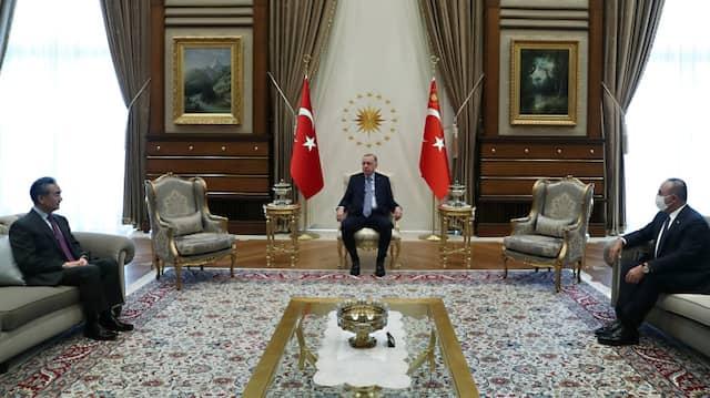 Präsident Erdogan in seinem Präsidentenpalast in Ankara mit dem chinesischen Außenminister Wang Yi und dem türkischen Außenminister Mevlut Cavusoglu