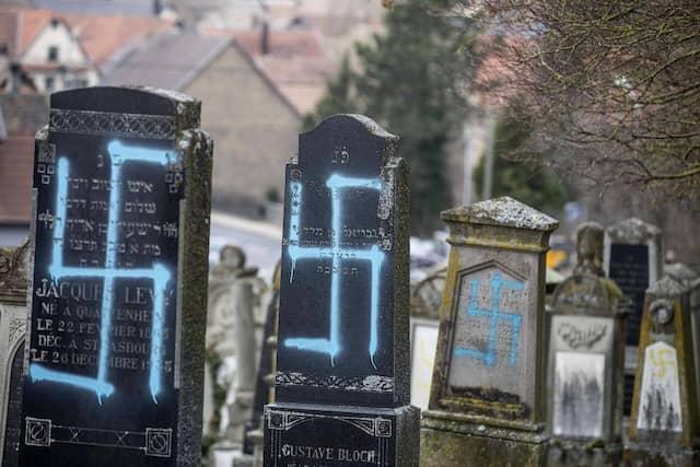 Geschändete jüdische Gräber auf einem Friedhof in Quatzenheim im Westfrankreich