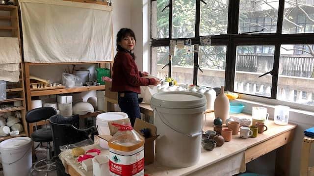 Die junge Künstlerin Huang Haocheng, die in der alten Porzellanfigurenfabrik ein Atelier betreibt: Chinesinnen wie sie entdecken die alten Traditionen wieder für sich.