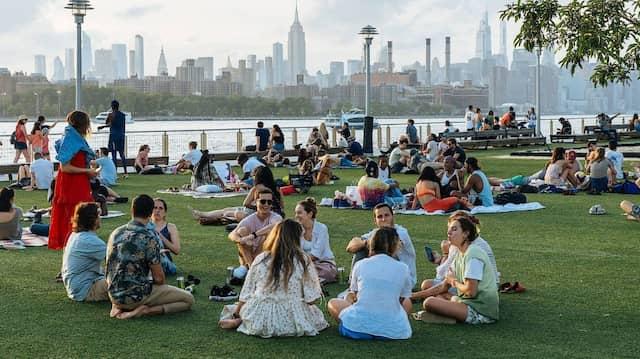 Menschen in New York genießen die Zeit ohne Corona-Beschränkungen am East River.