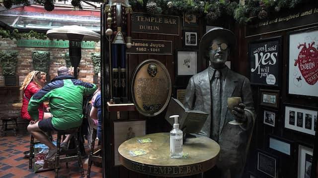 Besucher in der Temple Bar in Dublin im Juli
