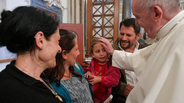 Nicht alle Italiener sehen es gerne, dass Papst Franziskus Romas mit offenen Armen empfängt, wie hier Anfang Mai in der Lateranbasilika in Rom.