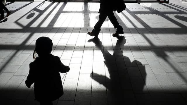 Symbolbild: Kindesmissbrauch werde in Parteiprogrammen kaum thematisiert, kritisiert die Kommission zu dessen Aufarbeitung.
