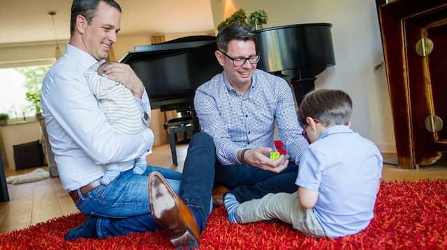 Ändert es grundsätzlich etwas?: Ein homosexuelles Paar mit seinen Pflegekindern