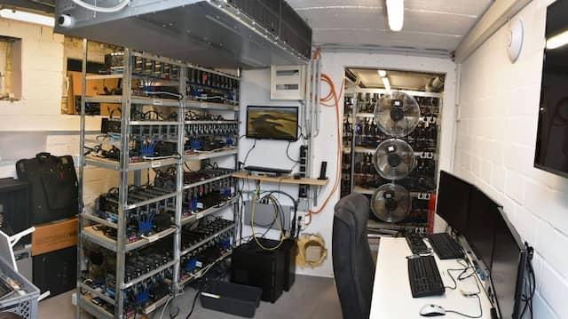 Polizeifoto eines Serverraums im Keller des Hauptverdächtigen im Fall Münster: Nach Durchsuchungen an zwölf Orten stellte die Polizei im Juni Festplatten und Datenträger mit mehr als 500 Terabyte hochprofessionell verschlüsselten Materials sicher.