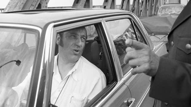 Der Ost-Berliner Sänger und Schauspieler Manfred Krug nach Passieren des Grenzübergangs Bornholmer Straße in Berlin am 20.06.1977.