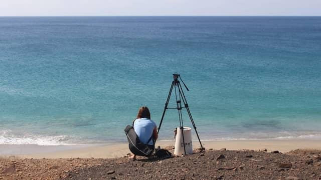 Stativ statt Sonnenliege: Ein Beach Inspektor bei der Arbeit am Strand.