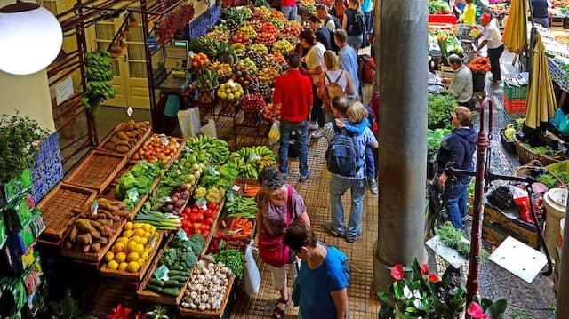 Reiche Ernte: Im Innenhof der Markthalle von Funchal.