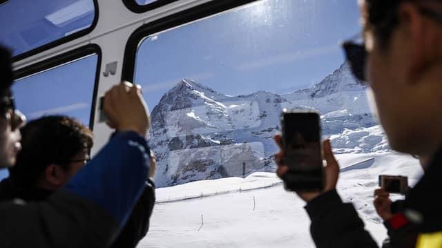 Immer weniger Skifahrer, dafür immer mehr Touristen aus Asien: Fahrt mit der Jungfraubahn mit Blick auf den Eiger.