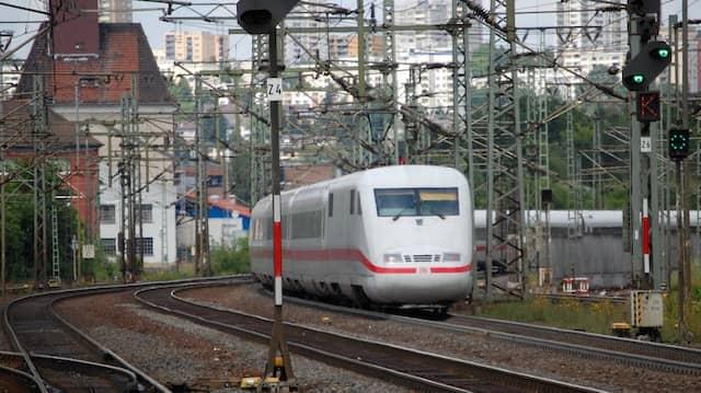Durchfahrt: ICE-Zug im Bahnhof von Fulda