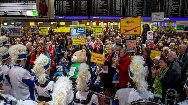 Protest mit Musik: Eine Mainzer Fastnachts-Kapelle intonierte gestern Abend die 300. Montagsdemo am Flughafen.