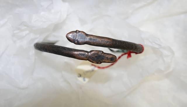 """Mit Schlangenkopf: Die """"Luristan-Bronzen"""", hier ein Armreif, sind ein Sammlungsschwerpunkt im Archäologischen Museum."""
