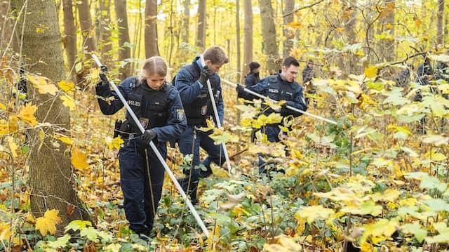 Einsatz: Eine Hundertschaft der Bereitschaftspolizei sowie speziell ausgebildete Beamte mit Leichenspürhunden suchten im Niedwald die verschwundene Frau