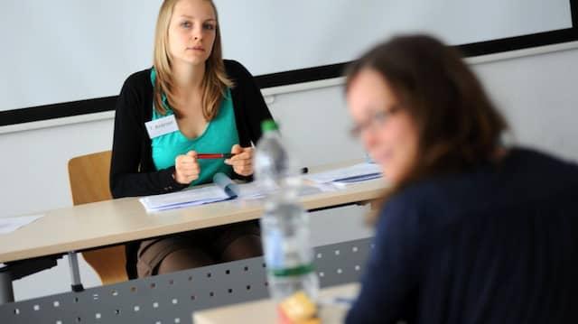 Auf dem heißen Stuhl: Eine Studentin erlebt im Planspiel, wie es sich anfühlt, Lehrerin zu sein.