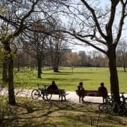 Mit Abstand entspannen: Sich mit anderen zum Kicken im Park zu treffen, ist derzeit nicht erlaubt.
