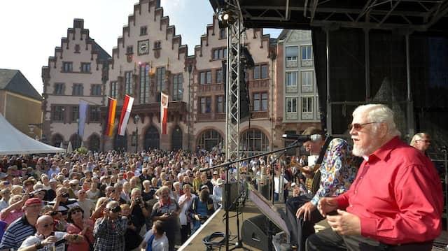 Deutsch-amerikanische Einheit: Bill Ramsey singt am 3. Oktober 2014 auf dem Römerberg.