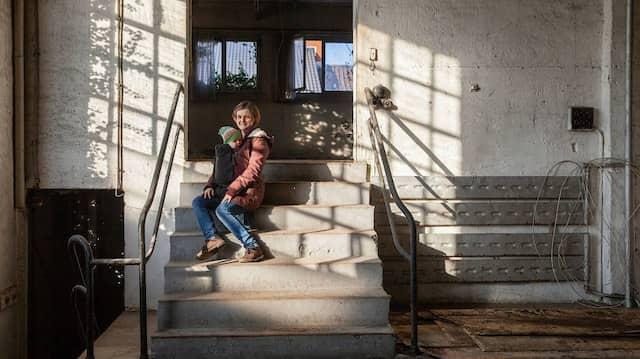 Junges Leben in alten Gemäuern: Mareike Scala, ihr Mann und ihr Baby Linda ziehen in das Wohnprojekt mit ein