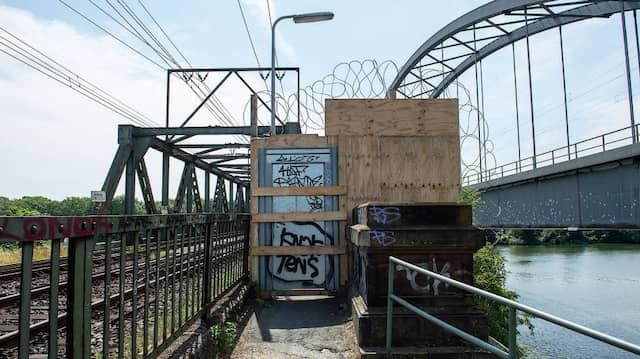 Gesperrt: die Eisenbahnbrücke in Höhe von Frankfurt-Niederrad im Juli 2019