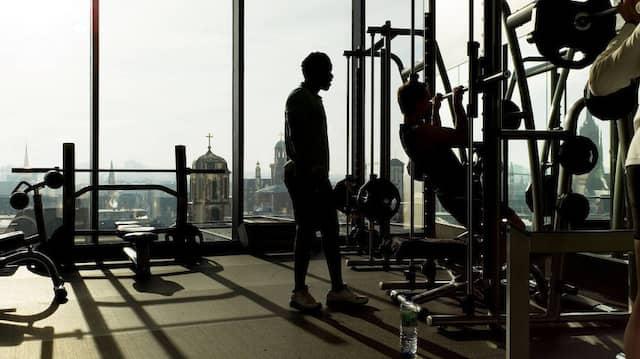 Nicht mehr nur zuhause trainieren: Von Montag an dürfen Fitnessstudios wieder öffnen (Archivbild).