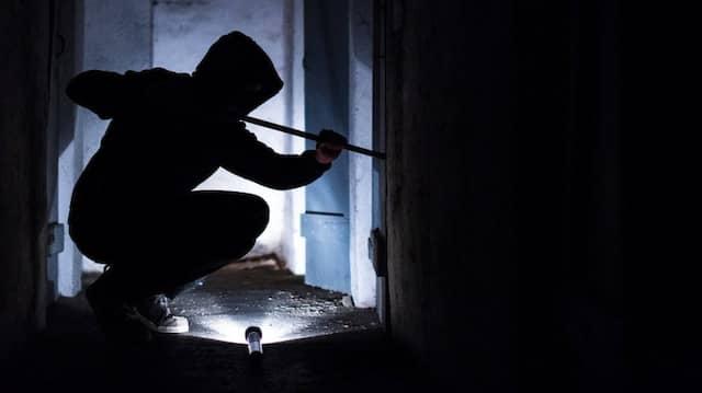 Hebelwirkung: Einbrecher am Werk
