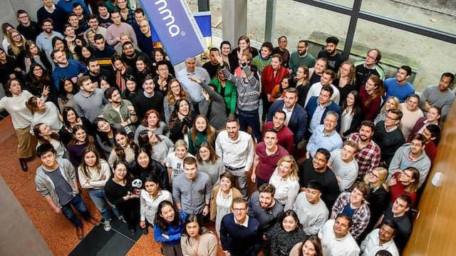 Ein Teil der Mitarbeiter des Frankfurter Start-ups Emma-Matratzen - mittendrin die beiden Gründer Dennis Schmoltzi und Manuel Müller.